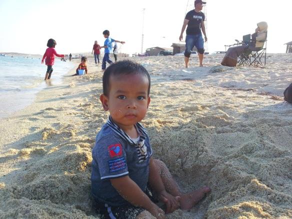 dok.pribadi: seorang anak lagi asyik bermain pasir di ghariya beach