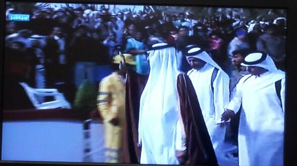emir qatar menjabat tangan pengunjung