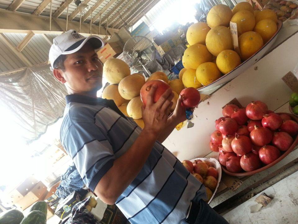 Memegang buah delima